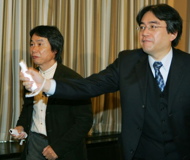 Iwata playing Wii with Miyamoto in 2006